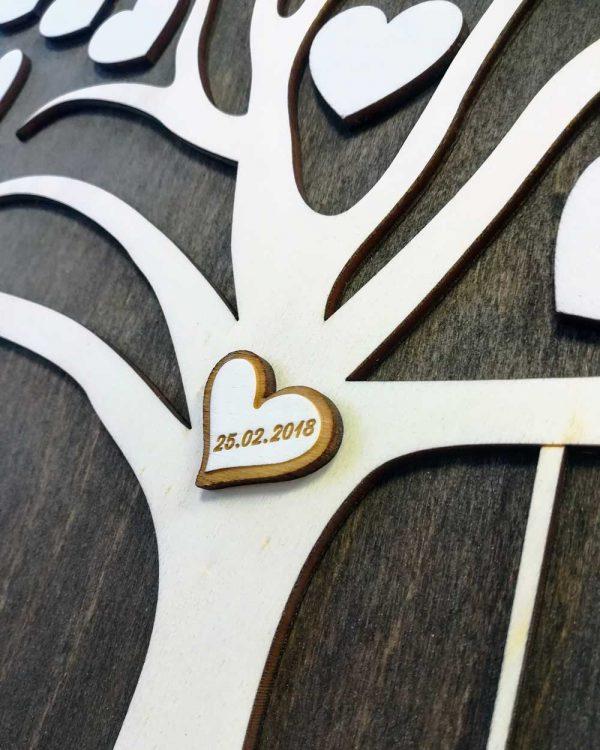 dreveny-svadobny-strom-personalizovany-s-motorkou---detail-srdiecko-zaciatok-vztahu
