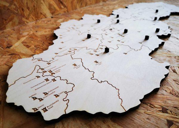 drevena-mapa-hradov-zamkov-a-jaskyn-slovenska-nalepovacie-hrady-detail