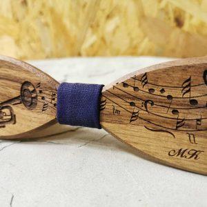 dreveny-motylik-noty-trubka-hudobny-vzor