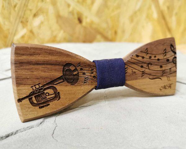 dreveny-motylik-trubka-noty-hudobny-motiv