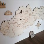 drevena cestovatelska mapa slovenskych hradov zamkov jaskyn kostolikov tepolova