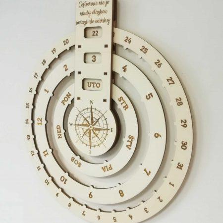 nekonecny-kalendar-na-stenu-dreveny-cestovatelsky-1