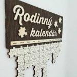 rodinny-kalendar-na-stenu-dreveny-puzzle