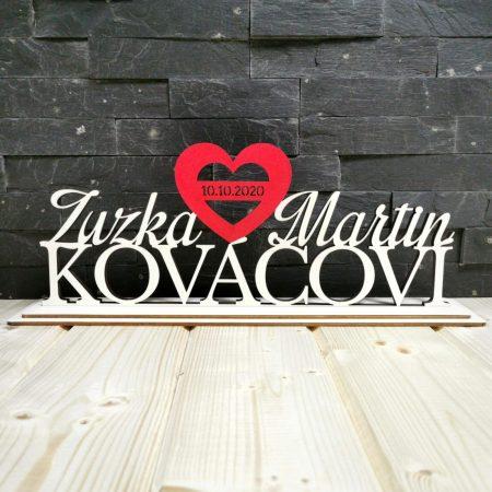 svadobny napis s menami na svadobny stol cervene srdiecko